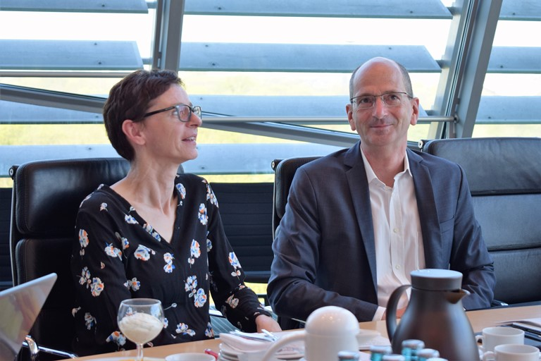 Frau Lay, Referentin, und Dr. Achim Kessler, DIE LINKE